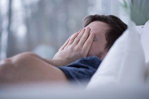 Homme qui a un trouble du sommeil comme l'insomnie